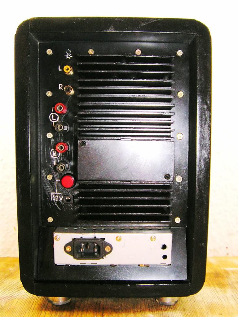 Мощность 2х25W, сделан на микросхемах TDA 7265 - это основной усилок, TDA 1517 - это усилок для наушников 2х5W...